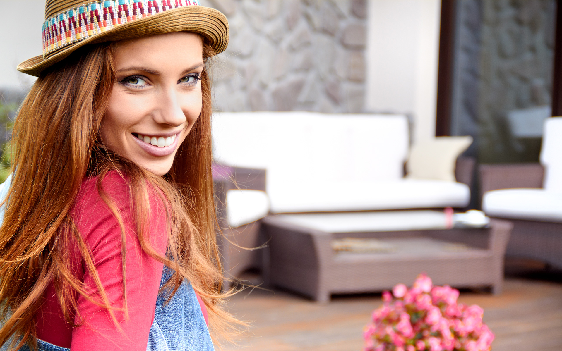 donna con maglia rossa e cappello di pagli
