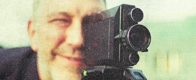 uomo usa telecamera