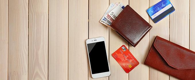 carte di credito, portafolgio e smartphone su tavolo