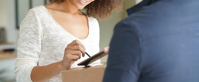 donna firma ricevuta consegna