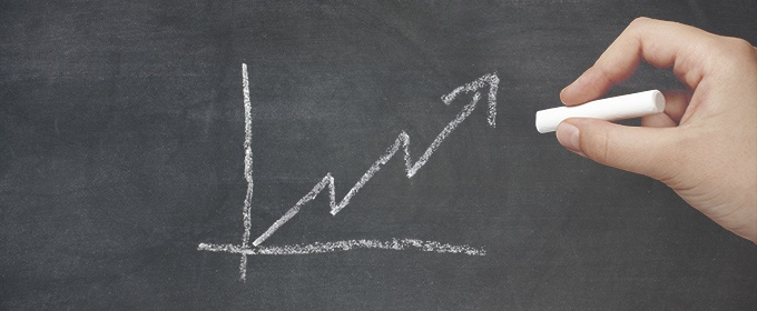 grafico in crescita con gesso su lavagna