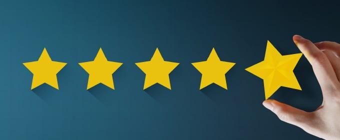 5 stelle di recensione su sfondo blu
