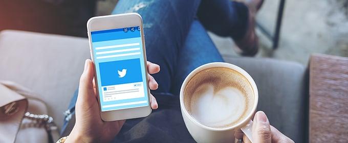 smartphone aperto su twitter