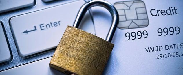 PSD2 lucchetto su tastiera e carta di credito