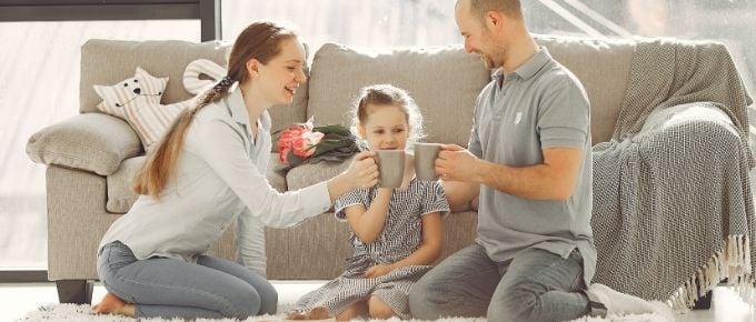 famiglia brinda in salotto