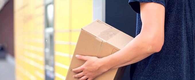 uomo ritira pacchetto dagli armadietti