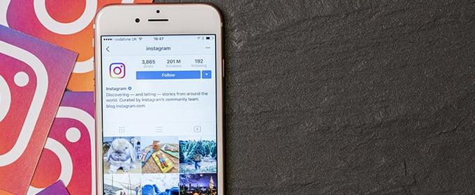 smartphone su tavolo con instagram
