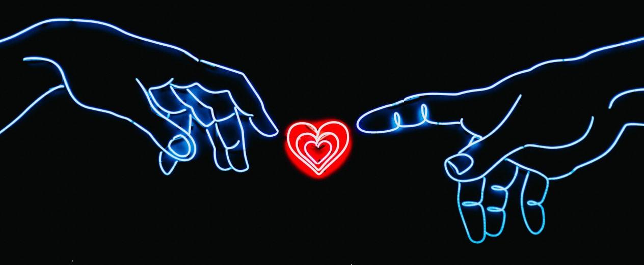 due mani con in mezzo un cuore