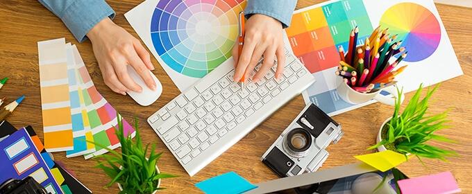 scrivania con fogli colorati