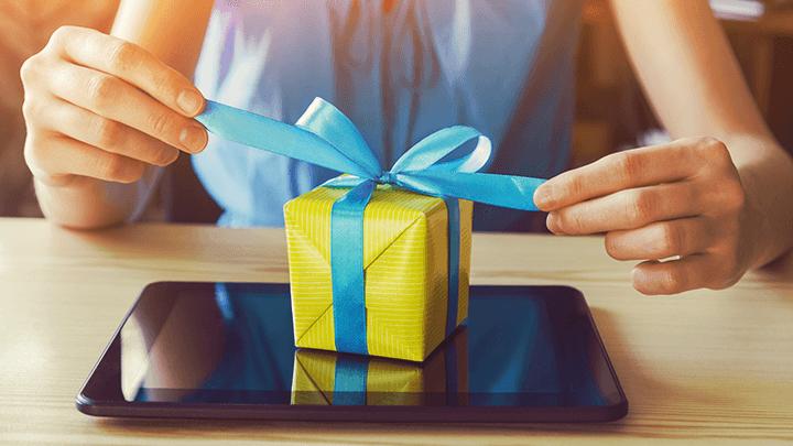 donna apre un pacchetto regalo