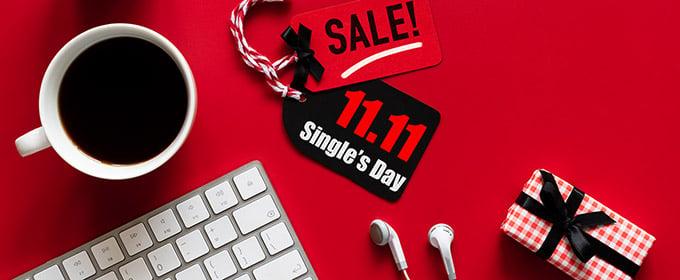 etichette su tavolo rosso con sconto per il giorno dei single