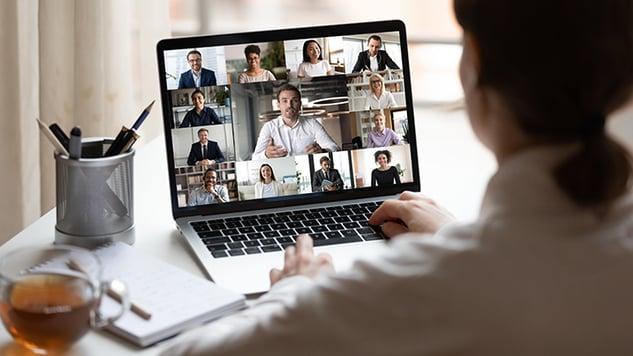 donna in videoconferenza su laptop