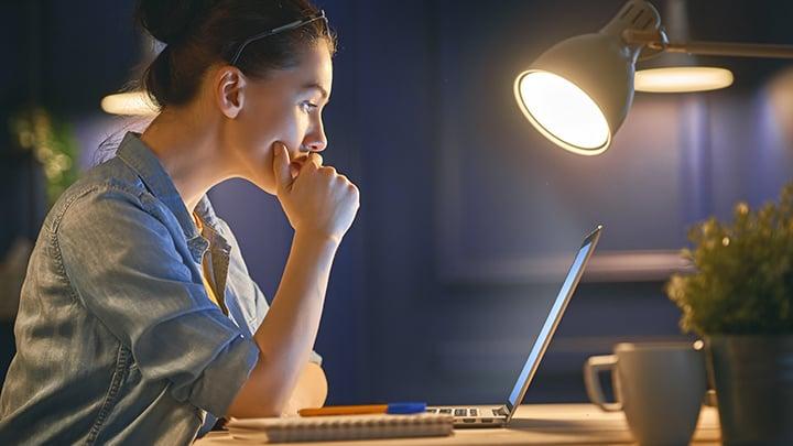 donna lavora al laptop di notte