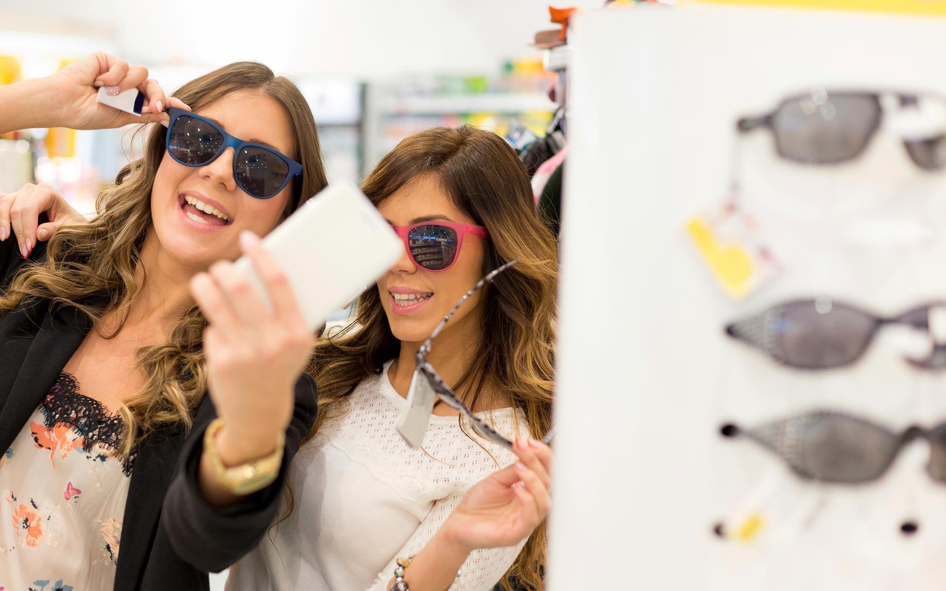 due ragazze provano occhiali da sole