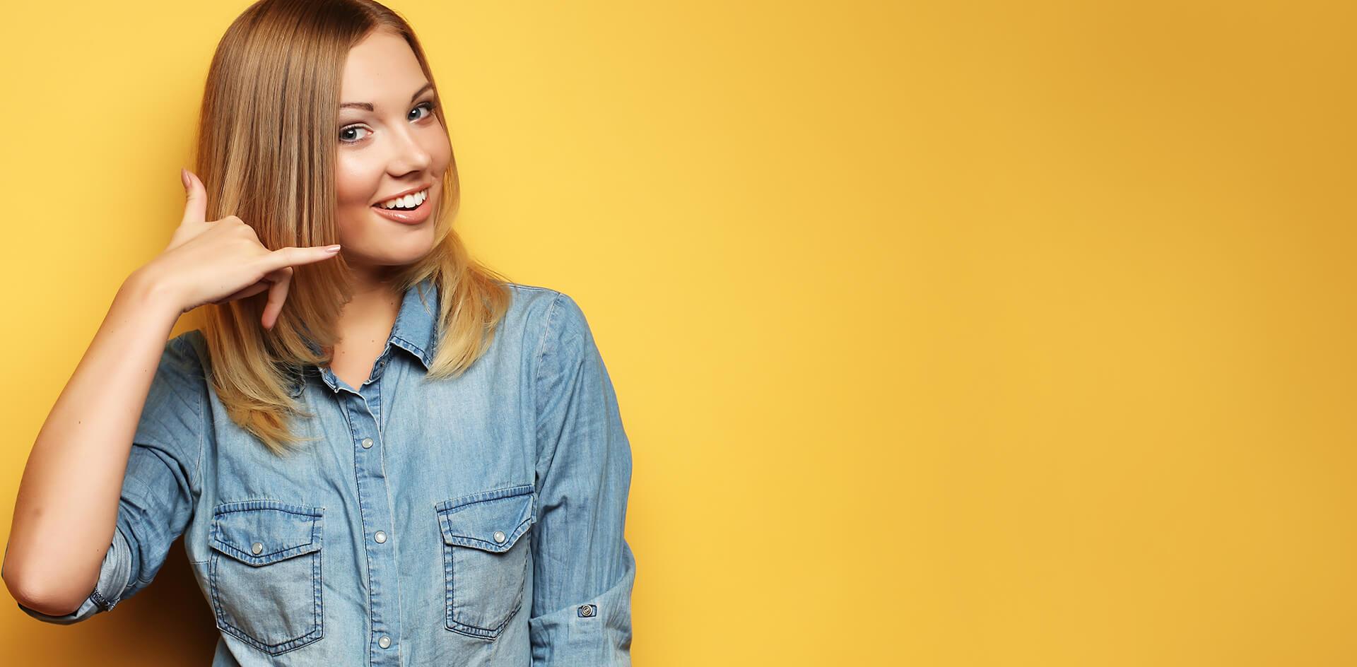 donna su sfondo giallo