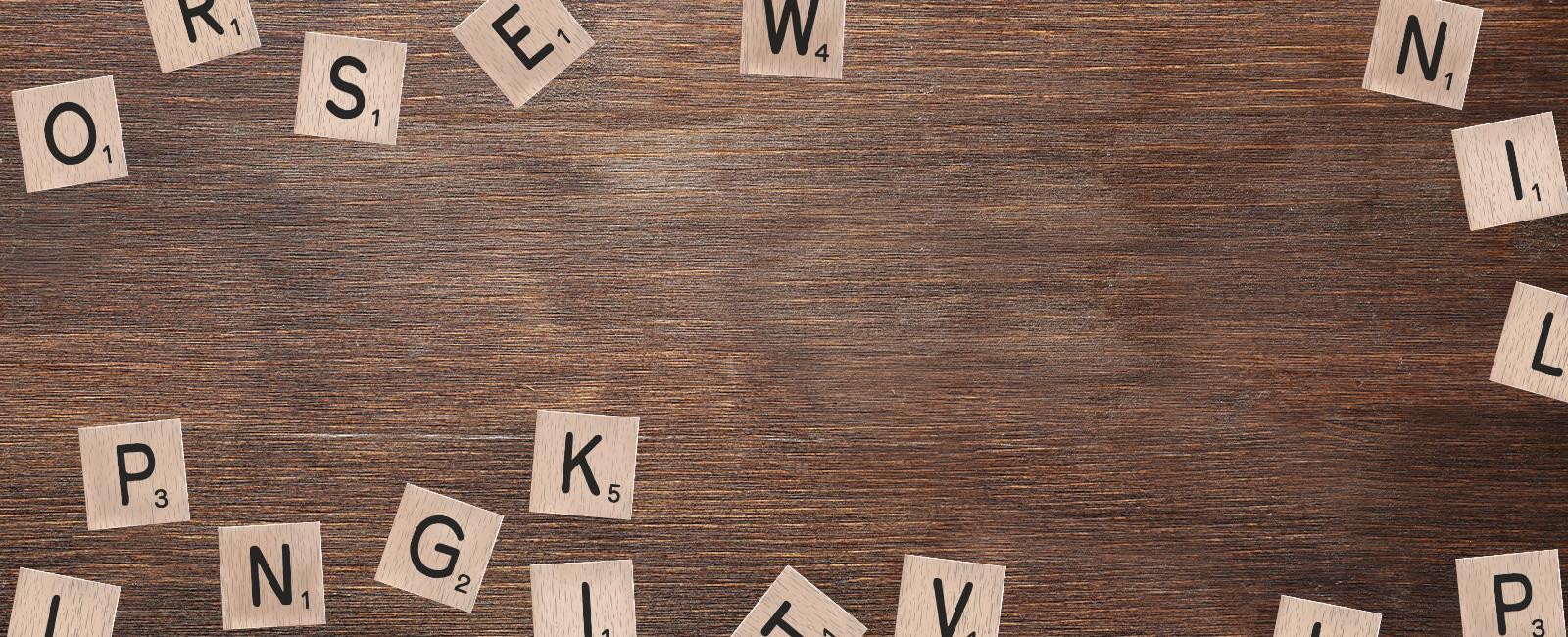 tavolo di legno con lettere scarabeo